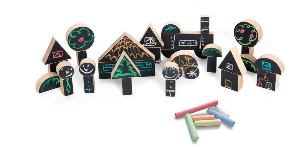 huisjes en boompjes van Wodibow met schoolbordverf beschilderd en met schoolbord krijt betekend