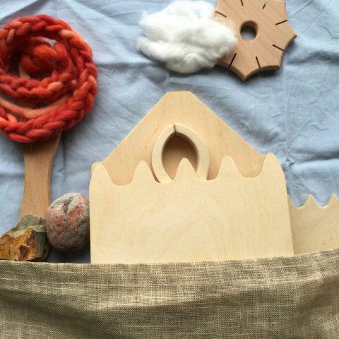 Huisje gemaakt van zandkammen en breivork en knoopster van Speelbelovend