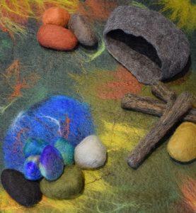 Wollen kleed van het huis van Pluis met een meertje, een holletje en vilten 'stenen